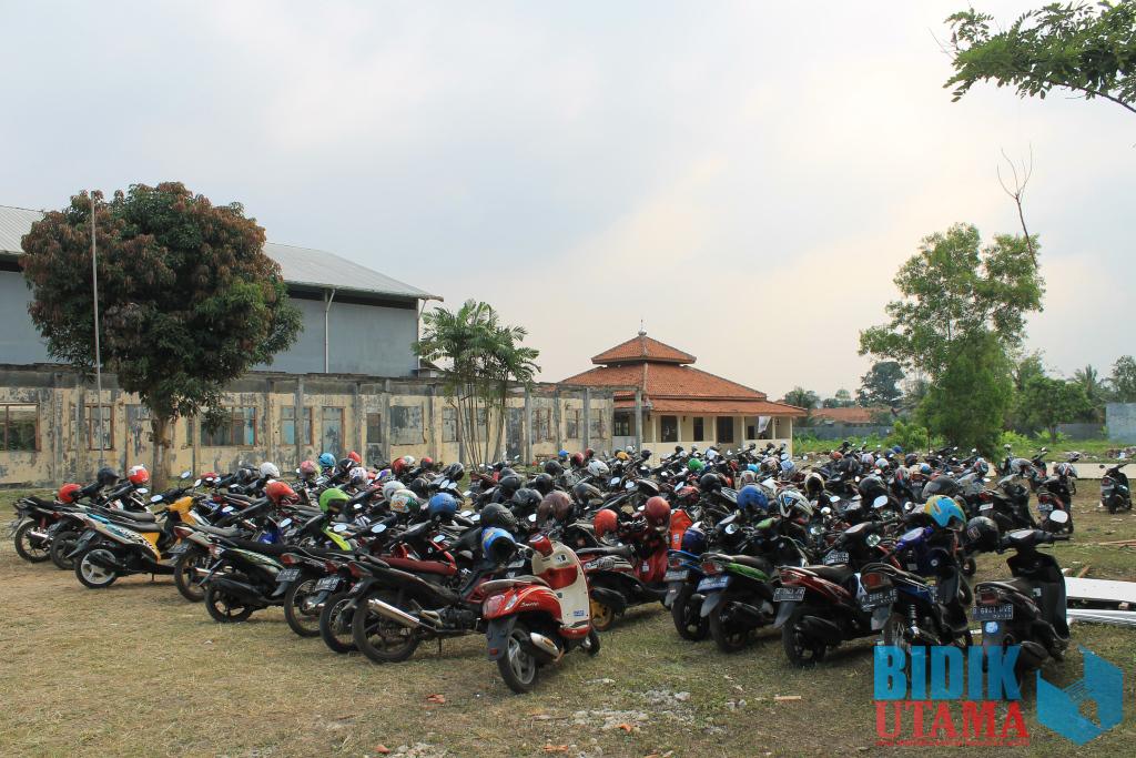Parkiran motor mahasiswa di Kampus C Untirta masih terlihat belum teratur.(Ryan/BU)