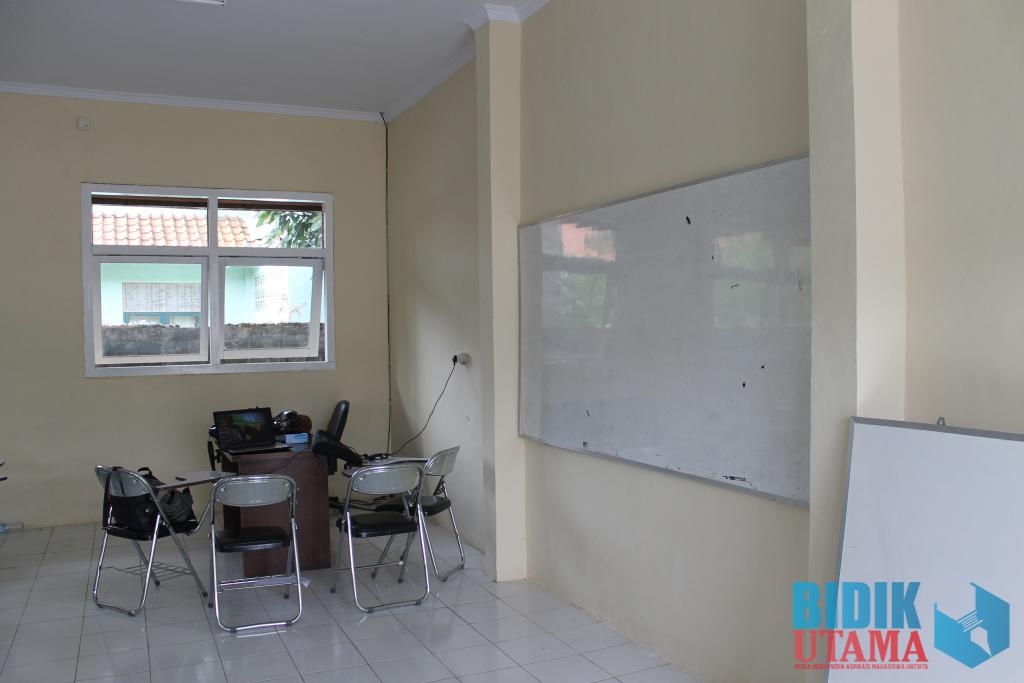 Papan tulis bekas pakai digunakan di sebuah ruang kelas yang baru dan salah satunya masih belum terpasang.(Ryan/BU)
