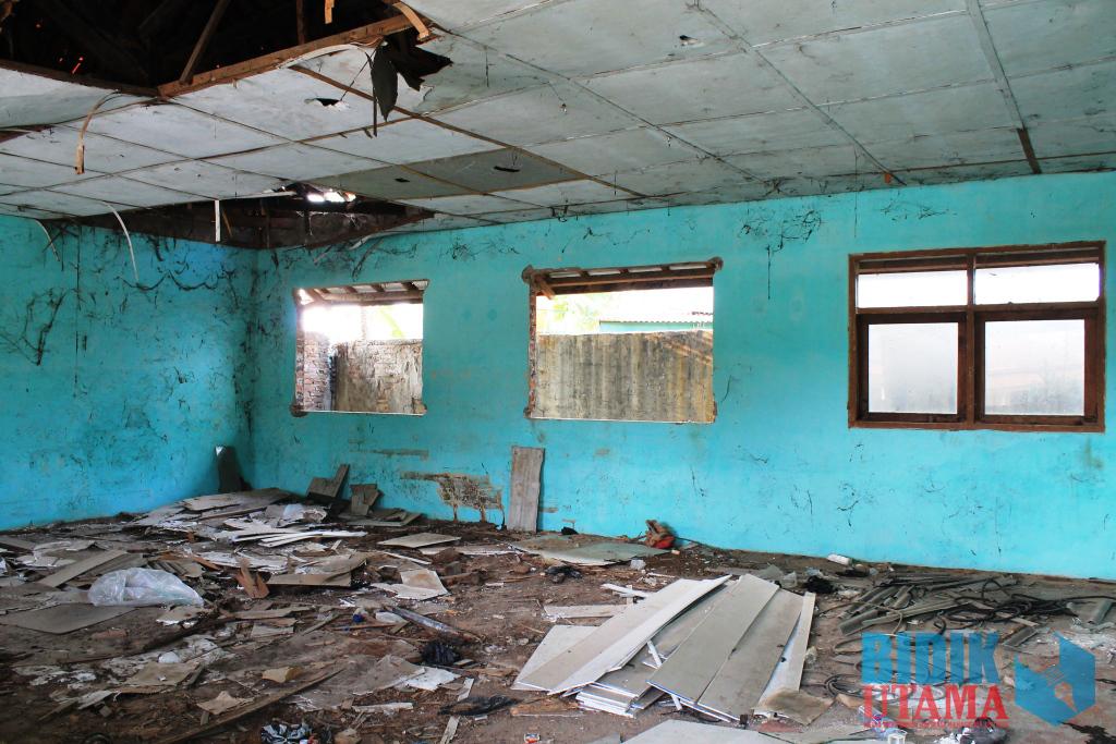 Sebuah ruang kelas yang terlihat belum direnovasi di Kampus C Untirta.(Ryan/BU)