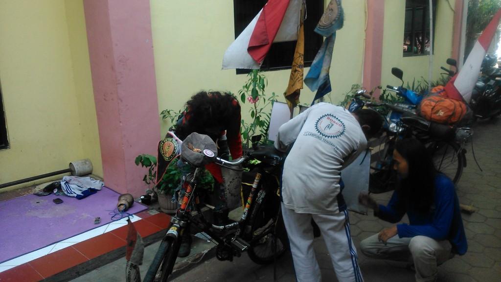 Ronny Hartono saat mempersiapkan sepedanya untuk perjalan pulang ekspedisi. (Rizhar/BU)