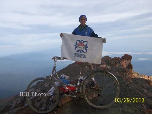 Ronny Hartono ketika berada di puncak Gunung Kerinci bersama sepeda Onthelnya. (Istimewa)