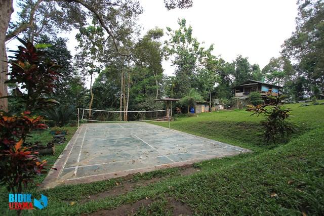 fasilitas lapangan badminton juga ditawarkan di Rumah Hutan Cidampit. (Sofyan/BU)