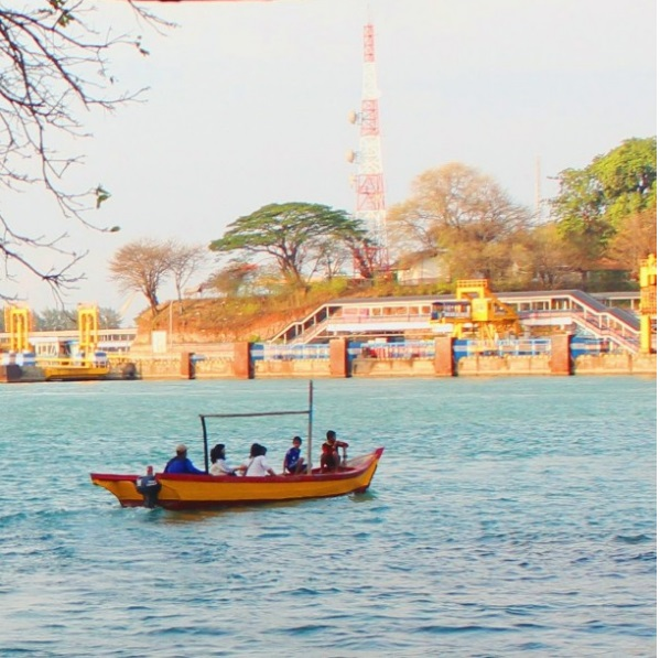 Salah satu perahu yang membawa wisatawan menuju Pulau Gede (foto:Alfi/BU)